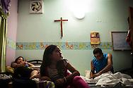 """Yuliana Viloria y su prima, Valentina Mussett observan la TV en el sector """"Caja de Agua"""". Gracias a FundaHigado, Yuliana recibió un trasplante de higado que le permite disfrutar de la vida. Punto Fijo, Venezuela 26 y 27 Oct. 2012. (Foto/ivan gonzalez)"""