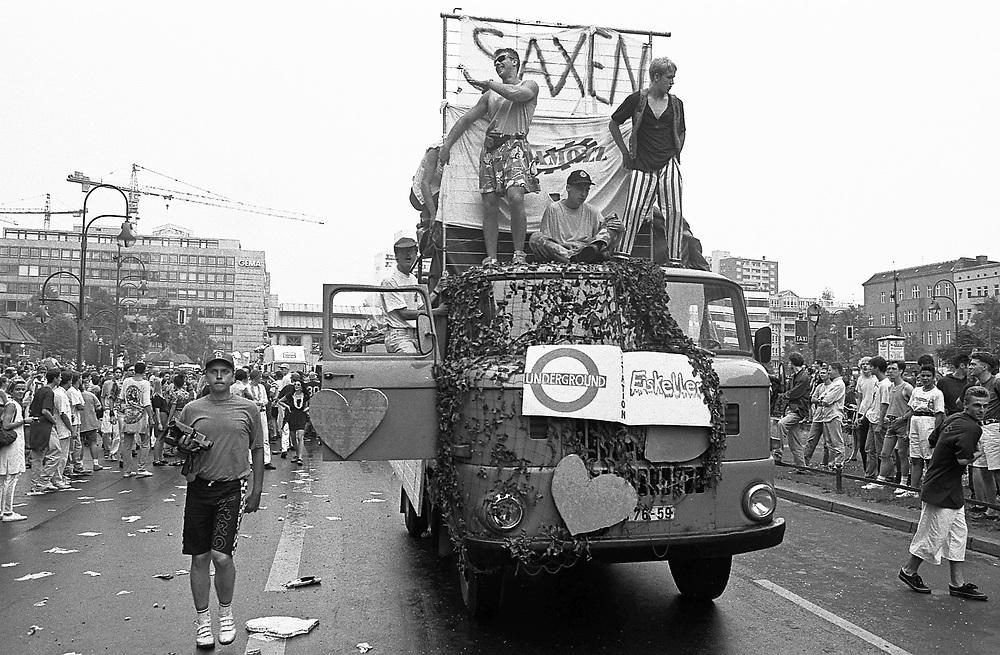 Germany - Deutschland - BERLIN - LOVE PARADE 1992, SAXEN, Sachsen, Eiskeller; Berlin, Wittenbergplatz, Tauentzienstrasse; Berlin, 04.07.1992; © Christian Jungeblodt