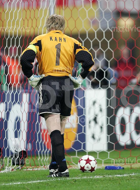 Fussball Champions League 2004/2005 Viertelfinale Bayern Muenchen - Chelsea London     Torwart Oliver KAHN muss enttaescht nach dem 1:2 den Ball aus dem Netz holen