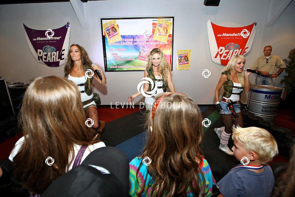 NIJMEGEN - Vrijdag de 13e heeft de populaire meidengroep Djumbo haar vierde album getiteld 'Chase' gelanceert. Het album bevat 14 vrolijke hits zoals we ze gewend zijn van de meiden; half Nederlands, half Engels en met een hoog meezing- en swinggehalte. Met op de foto Lindsy Schuman, Lotte Prijs en Svenja van Beek. FOTO LEVIN DEN BOER - PERSFOTO.NU