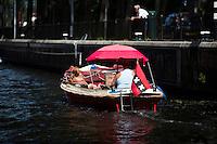 AMSTERDAM - Een bootje vaart de sluis binnen.  ANP COPYRIGHT KOEN SUYK