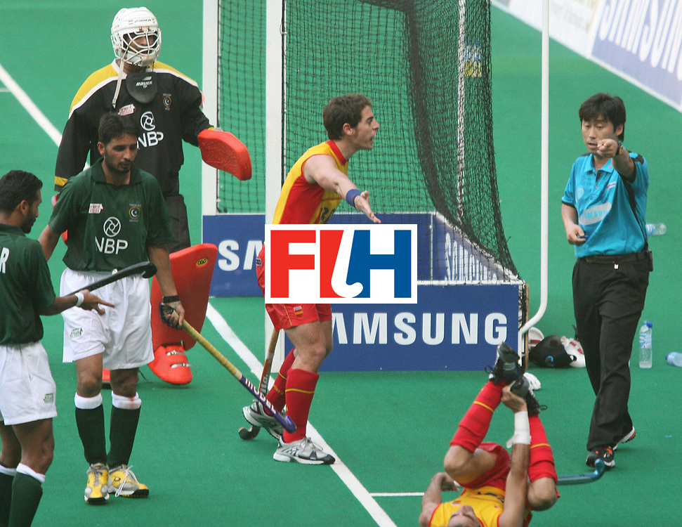 Kuala Lumpur:  Spanish player argues with the umpire Negro Pablo  in the match against Pakistan at the Samsung Hockey Men Champions Trophy at the National Stadium, Bukit Jalil, Kaula Lumpur, Malaysia on 30 Nov 2007.   <br /> Photo:GNN/Vino John
