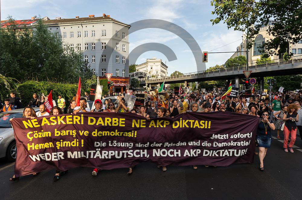 Das Fronttransparent ist w&auml;hrend der Demonstration gegen den Milit&auml;rputsch und die AKP Regierung am 22.07.2016 in Berlin, Deutschland zu sehen. Mehrere Hundert Menschen gingen auf die Stra&szlig;e um gegen die AKP-Regierung und die aktuelle Situation in der T&uuml;rkei zu demonstrieren. Foto: Markus Heine / heineimaging<br /> <br /> ------------------------------<br /> <br /> Ver&ouml;ffentlichung nur mit Fotografennennung, sowie gegen Honorar und Belegexemplar.<br /> <br /> Bankverbindung:<br /> IBAN: DE65660908000004437497<br /> BIC CODE: GENODE61BBB<br /> Badische Beamten Bank Karlsruhe<br /> <br /> USt-IdNr: DE291853306<br /> <br /> Please note:<br /> All rights reserved! Don't publish without copyright!<br /> <br /> Stand: 07.2016<br /> <br /> ------------------------------