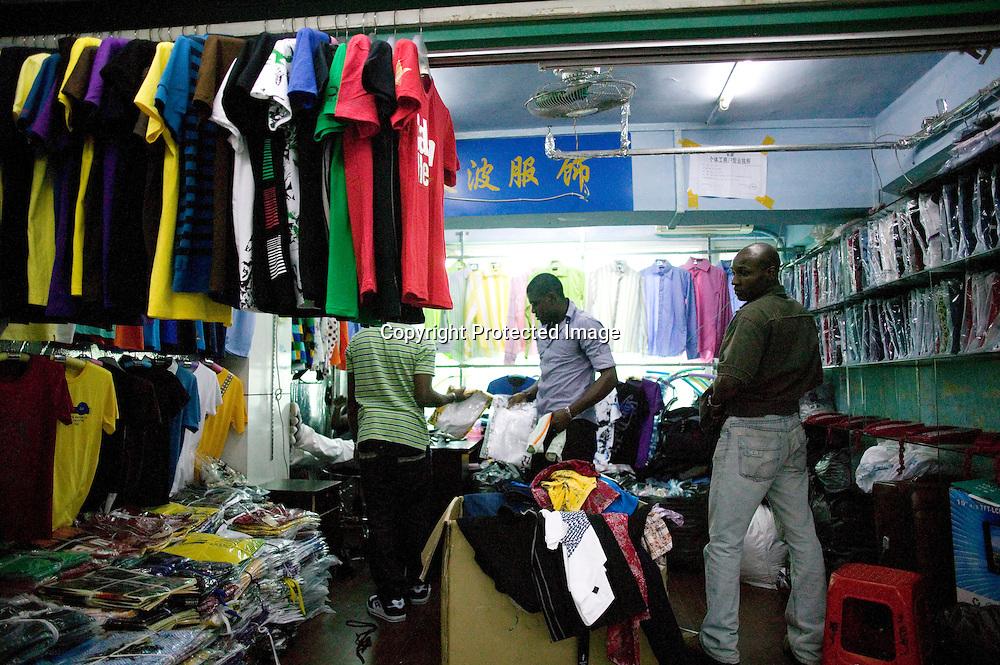 GUANGZHOU, 3. Mai , 2010:.  Afrikaner beim Verpacken von Waren im Tangqi Handelszentrum in Guangzhou...