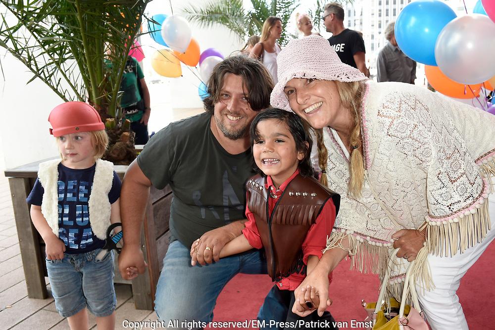Nederlandse premi&egrave;re van Wickie, de Musical  in het Nieuwe Luxor Theater in Rotterdam.<br /> <br /> Op de foto:  Lucille Werner met partner Servaas Snoeijers en hun kinderen