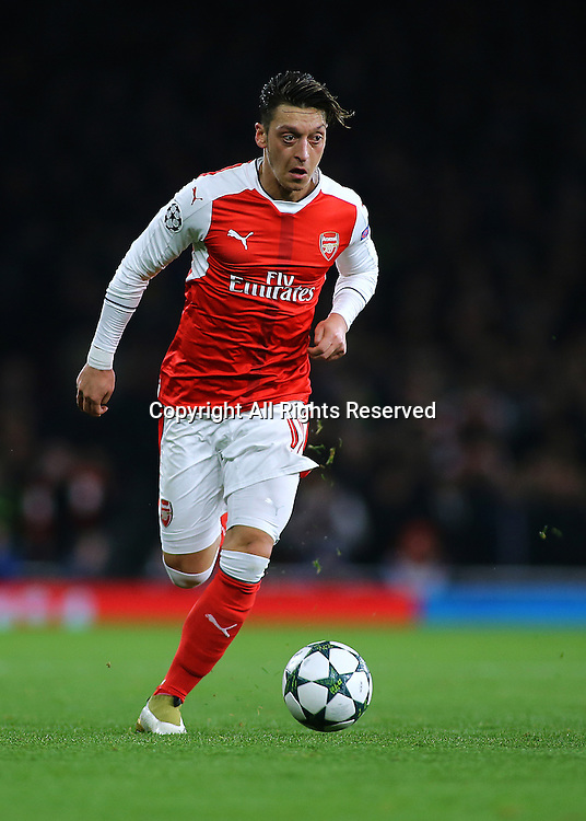 23.11.2016. Emirates Stadium, London, England. UEFA Champions League Football. Arsenal versus Paris Saint Germain. Arsenal Midfielder Mesut Özil brings the ball forward