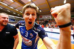 20150501 BEL: Volley Behappy2 Asse-Lennik - Knack Roeselare, Zellik<br />Joppe Paulides (3) of Knack Volley Roeselare viert de titel<br />©2014-FotoHoogendoorn.nl / Pim Waslander