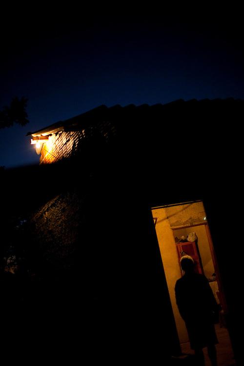 Inhauma_MG, Brasil...Silhueta de uma senhora moradora da cidade de Inhauma...The silhouette of a elderly woman, She lives in Inhauma...Foto: LEO DRUMOND / NITRO
