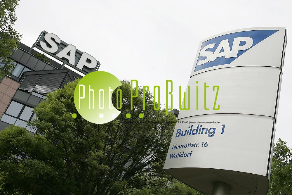 Walldorf. dpa WALLDORF. Als letzter unter den 30 Dax-Konzernen hat nun auch der Software-Riese SAP einen Betriebsrat. Bei der ersten Wahl einer Arbeitnehmervertretung in der Unternehmensgeschichte gaben am Mittwoch knapp 65 Prozent der Mitarbeiter ihre Stimme ab, wie ein Sprecher am Donnerstag in Walldorf bei Heidelberg berichtete.<br /> <br /> Das Gremium mit 37 Mitgliedern werde voraussichtlich am 3. Juli einen Vorsitzenden w&auml;hlen. Bei der Abstimmung setzten sich vor allem unabh&auml;ngige Kandidaten durch.<br /> <br /> Seit der Gr&uuml;ndung des Unternehmens 1972 hatten Vorstand und Belegschaft einen Betriebsrat stets abgelehnt. Bisher hatten acht Arbeitnehmervertreter im 16 Mitglieder umfassenden Aufsichtsrat auch die Interessen der Mitarbeiter vertreten. Nach dem Betriebsverfassungsgesetz ist ab f&uuml;nf st&auml;ndig Besch&auml;ftigten eine organisierte Arbeitnehmervertretung vorgesehen. Europas f&uuml;hrender Softwarekonzern hat in Deutschland fast 14 000 Mitarbeiter, weltweit sind es mehr als 36 000.<br /> <br /> Bundesweit waren knapp 10 800 Besch&auml;ftigte aufgerufen, unter mehr als 400 Kandidaten auf zehn Wahllisten die Betriebsr&auml;te zu k&uuml;ren. Mit 16 Mitgliedern - darunter f&uuml;nf der bisher acht Arbeitnehmervertreter - ist die Liste &bdquo;Wir f&uuml;r Dich&ldquo; am st&auml;rksten vertreten. Die Liste &bdquo;MUT&ldquo; kam auf elf Pl&auml;tze, &bdquo;Die Unabh&auml;ngigen&ldquo;, &bdquo;ABS&ldquo; und &bdquo;Pro Betriebsrat&ldquo; auf jeweils drei. In der Liste &bdquo;Pro Betriebsrat&ldquo;, die &uuml;berwiegend aus Mitgliedern der IG Metall und der Gewerkschaft ver.di besteht, waren auch drei Mitarbeiter angetreten, die die Wahl gegen den Widerstand ihrer Kollegen durchgesetzt hatten. Einen Betriebsrat stellt &bdquo;Team&ldquo;, vier Listen d&uuml;rfen niemanden in das Gremium entsenden.<br /> <br /> Mit 37 Mitgliedern, von denen zw&ouml;lf dauerhaft freigestellt werden, ist der SAP-Betriebsrat so klein wie gesetzlich nur irgend m&oum