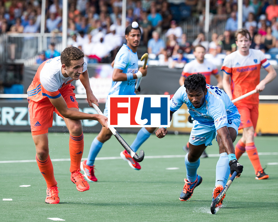 BREDA - Jonas de Geus (Ned) met Simranjeet Singh (Ind.)  tijdens Nederland- India (1-1) bij  de Hockey Champions Trophy.  COPYRIGHT KOEN SUYK