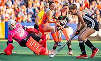 AMSTELVEEN - Hanna Granitzki (Ger) (r) werkt de bal weg voordat Kelly Jonker (Ned) gevaarlijk kan worden    tijdens de halve finale  Nederland-Duitsland (2-1) van de Pro League hockeywedstrijd dames. links keeper Nathalie Kubalski (Ger) . COPYRIGHT  KOEN SUYK