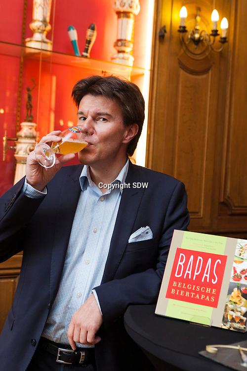 Bapas is de titel van een nieuw kookboekje bij uitgeverij de Standaard samengesteld door Karl van Malderen, Sven Gatz en Jan Pille. Het idee achter die dikke maar gebruiksvriendelijke kookboek is om de lezers te inspireren tot het combineren van alle bijzondere Belgische bieren, steeds met uitgebalanceerde tapas.Sven Gatz, als bierpromotor, heeft er zorg voor gedragen dat de beste bieren van Belgie in gelijke mate aan bod komen.