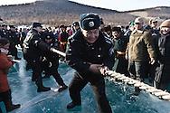 Mongolia. rope pulling competition on ice. Ice festival on the frozen Khuvsgul lake. - siberia border - for the mongol new year ,  tsagaan sar, in the cold winter   Khuvsgul province  Khuvsgul province -   /  concours de tir a la corde sur la glace. Festival des glaces sur le lac gelé de Khovsgol - frontiere siberienne-  pour Tsagan sar; le nouvel an mongol, en hiveir dans le froid   Khovgul  -    Khovgul  - Mongolie /  L0055884