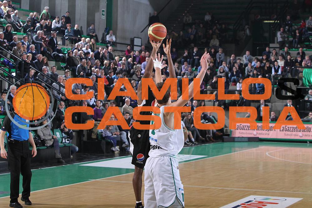DESCRIZIONE : Treviso Lega A 2010-11 Benetton Treviso Pepsi Caserta<br /> GIOCATORE : Tim Bowers<br /> SQUADRA :  Pepsi Caserta<br /> EVENTO : Lega A 2010-2011<br /> GARA : Benetton Treviso Pepsi Caserta<br /> DATA : 15/01/2011<br /> CATEGORIA : Tiro<br /> SPORT : Pallacanestro <br /> AUTORE : Agenzia Ciamillo-Castoria/G.Contessa<br /> Galleria : Lega A 2010-2011<br /> Fotonotizia : Treviso Lega A 2010-11 Benetton Treviso Pepsi Caserta<br /> Predefinita :