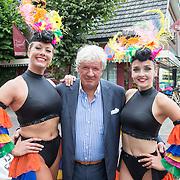 NLD/Blaricum/20160906 - Willibrord Frequin viert 75 ste verjaardag in Moeke Spijkstra, Willibord Frequin komt aangelopen bij zijn feestje