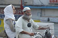 19 OCT 2001, ISLAMABAD/PAKISTAN:<br /> Mann mit Bart und Tochter auf dem Motorrad unterwegs auf einer Hauptstrasse von Islamabad<br /> IMAGE: 20011019-02-046<br /> KEYWORDS: Motorrad, Motorradfahrer, Mopedfahrer, Kopftuch