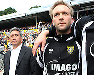 27-05-2007: Voetbal: VVV Venlo - RKC Waalwijk: Venlo<br /> RKC Waalwijk is gedegradeerd naar de Jupiler League.<br /> Het aftellen is begonnen. Trainer Andre Wetzel kijkt op een afstand toe terwijl Roel Buikema met zijn ploeggenoten wachten op het eindsignaal<br /> foto : Geert van Erven