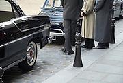 Classic cars and classical dressed people waiting on a film set in the streets of Paris, France.Klassiche Autos und klassisch angezogene Menschen auf einem Filmset wartend in den Strassen von Paris, Frankreich