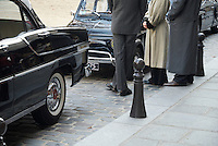 Classic cars and classical dressed people waiting on a film set in the streets of Paris, France.Klassiche Autos und klassisch angezogene Menschen auf einem Filmset wartend in den Strassen von Paris, Frankreich