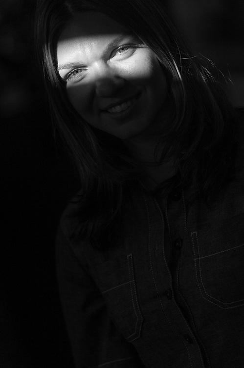 Iubesc fotografia, iubesc sa transform momentele acelea imperfect in emotii perfecte. Si iubesc sa lucrez cu lumina si oamenii din jurul meu.