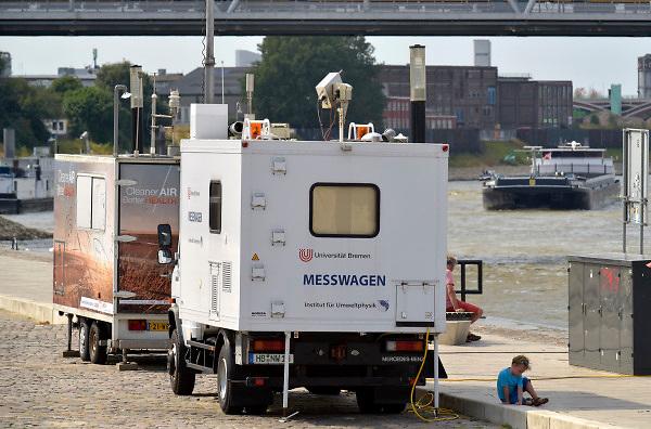 Nederland, Nijmegen, 4-8-2018 Op de Waalkade staat een snuffelpaal op een busje van het Institut fur umweltphysik  universiteit van Bremen, Duitsland .Zij meten fijnstof en luchtvervuiling die door de scheepvaart, binnenvaart, veroorzaakt wordt op verschillende plaatsen langs de rijn .. Scheepsmotoren zijn meer vervuilend dan gemiddeld en langs de waal in deze stad staan veel huizen en wonen veel mensen . Foto: Flip Franssen