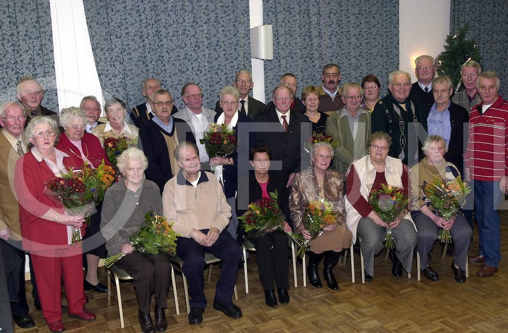 fotografie frank uijlenbroek&copy;2004 satinah jellema<br />041216 dedemsvaart ned<br />Groepsfoto FNV leden die 40 en 50 jaar lid zijn.