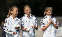 AMSTELVEEN - HOCKEY - Ballenmeisjes van Pinoke tijdens de eerste competitiewedstrijd van het nieuwe seizoen tussen de vrouwen van Pinoke en Bloemendaal. COPYRIGHT KOEN SUYK