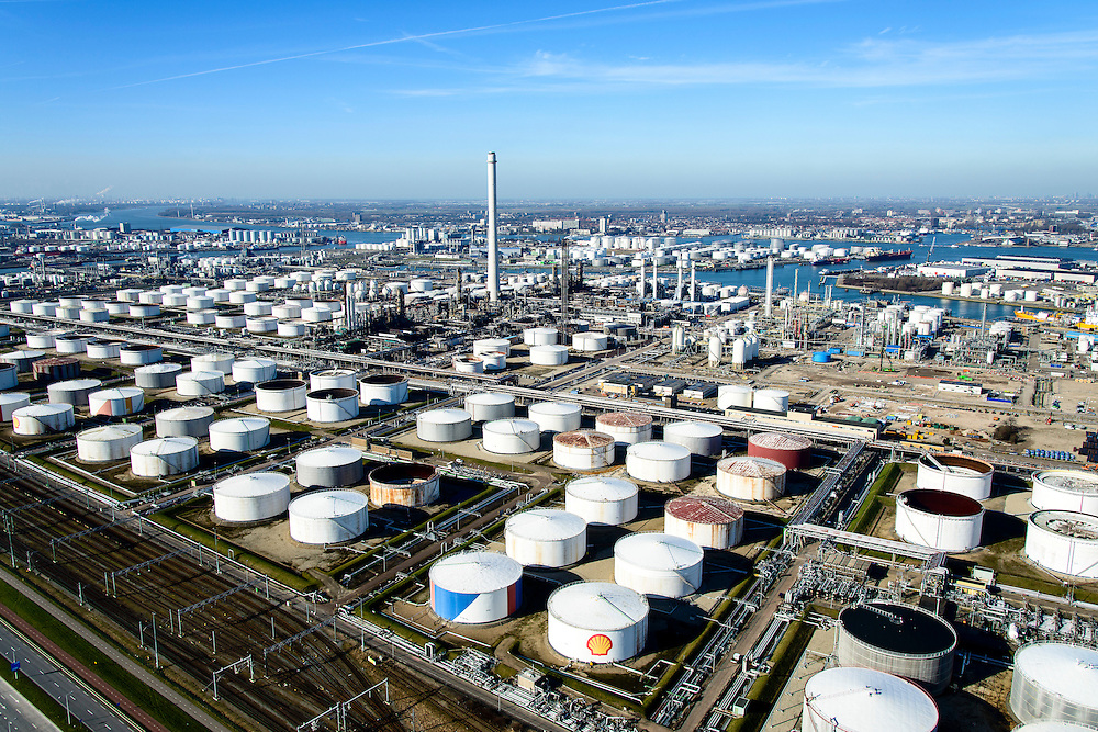 Nederland, Zuid-Holland, Rotterdam, 18-02-2015. Vondelingenplaat, Shell Pernis, de grootste raffinaderij van Europa. Op het terrein bevinden zich ook chemische fabrieken.<br /> Shell Pernis, the largest refinery in Europe, the site includes several chemical plants.<br /> luchtfoto (toeslag op standard tarieven);<br /> aerial photo (additional fee required);<br /> copyright foto/photo Siebe Swart