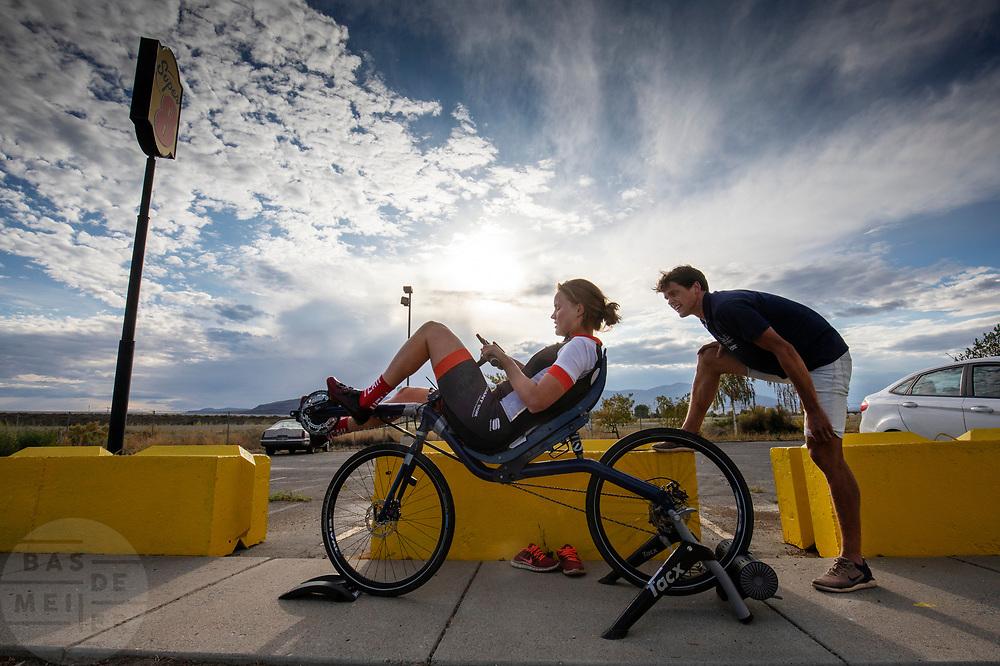 Atleet Rosa Bas wordt in Battle Mountain tijdens haar training aangemoedigd door haar coach. Het Human Power Team Delft en Amsterdam, dat bestaat uit studenten van de TU Delft en de VU Amsterdam, is in Amerika om tijdens de World Human Powered Speed Challenge in Nevada een poging te doen het wereldrecord snelfietsen voor vrouwen te verbreken met de VeloX 9, een gestroomlijnde ligfiets. Het record is met 121,81 km/h sinds 2010 in handen van de Francaise Barbara Buatois. De Canadees Todd Reichert is de snelste man met 144,17 km/h sinds 2016.<br /> <br /> With the VeloX 9, a special recumbent bike, the Human Power Team Delft and Amsterdam, consisting of students of the TU Delft and the VU Amsterdam, wants to set a new woman's world record cycling in September at the World Human Powered Speed Challenge in Nevada. The current speed record is 121,81 km/h, set in 2010 by Barbara Buatois. The fastest man is Todd Reichert with 144,17 km/h.