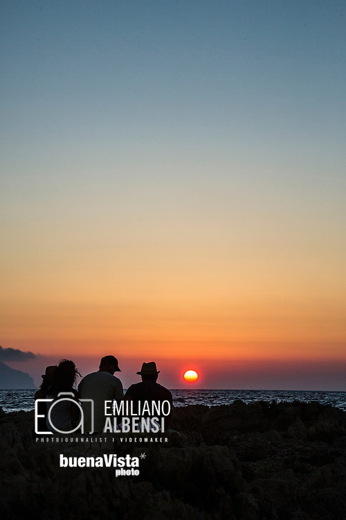 Favignana, Sicilia, Italia, 2016<br /> Il tramonto a Punta Sottile: un &quot;must-to-do&quot; per ogni turista che visita Favignana.<br /> <br /> Favignana, Sicily, Italy, 2016<br /> The sunset at Punta Sottile (Thin Point): a must-to-do for every tourist visiting Favignana, Aegadian Islands.