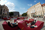 During the summer months, visitors of Museumsquartier Vienna can relax on comfortable plastic sofas, this year painted in burgundy red. Kunsthalle (l.), MUMOK (Museum Moderner Kunst Stiftung Ludwig, m.l.)