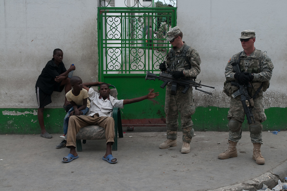 1/15/10 12:28:44 PM -- Port-Au-Prince, Haiti. -- Daily coverage of the aftermath of the 7.0 earthquake in Haiti -- Haitians greet the 82nd Airborne Division outside the Hospital General in Port au Prince, Haiti Jan.19, 2010. The division was deployed to secure Haiti's largest hospital and is the first day U.S. troops have made a major presence on the Haitian capital's streets. (Photo by William B. Plowman ©)