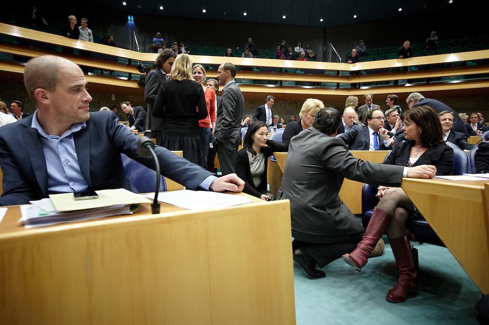 Nederland. Den Haag, 26 april 2012. <br /> Debat over gesloten akkoord. Demissionair minister de Jager bij de fractie van GroenLinks..<br /> VVD, CDA, D66, GroenLinks en ChristenUnie zijn met het kabinet een principe-akkoord overeengekomen over de begroting van volgend jaar.<br /> Men is als Tweede Kamer uit de impasse gekomen om voor mei een begroting voor 2013 op te stellen na de val van het kabinet Rutte van VVD, CDA en met gedoogsteun van de PVV van Geert Wilders. Crisisakkoord na mislukken ook van Catshuisberaad. 3% Financieringstekort.<br /> Het kabinet en de regeringspartijen VVD en CDA hebben in twee politiek gezien krankzinnige dagen met de oppositiepartijen D66, GroenLinks en de ChristenUnie een akkoord gesloten over bezuinigingen en hervormingen in 2013. Minister Jan Kees de Jager van Financi&euml;n koppelde als verkenner de vijf partijen aan elkaar en kreeg in nog geen 30 uur voor elkaar waar VVD en CDA met gedoogpartij PVV in 7 weken overleg in het Catshuis niet in waren geslaagd. Politiek, kabinet Rutte, kabinetscrisis, Catshuisonderhandelingen, Tweede Kamer, <br /> Foto : Martijn Beekman