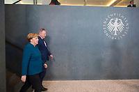 DEU, Deutschland, Germany, Berlin, 08.02.2019: Bundeskanzlerin Dr. Angela Merkel (CDU) und BND-Präsident Bruno Kahl bei der Übergabe des BND-Signets zur Eröffnung der neuen Zentrale des Bundesnachrichtendienstes (BND).