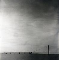 Storeb&aelig;ltsbroen mellom Fyn og Sj&aelig;lland i Danmark. Bilder fremkalt med alternative fremkallingsmetoder. Desse negativene / bildene har orginalt et veldig r&oslash;fft utseende og det vil derfor vise b&aring;de striper, flekker og andre kosmetiske &quot;feil&quot; som er en del av uttrykket.<br /> Foto: Svein Ove Ekornesv&aring;g