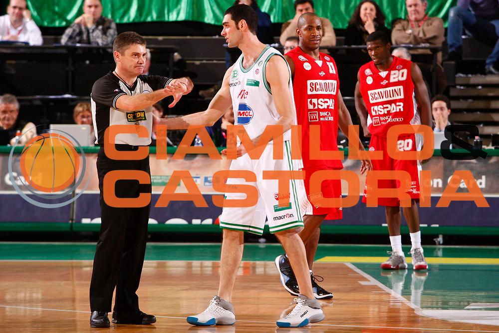 DESCRIZIONE : Treviso Lega A1 2007-08 Benetton Treviso Scavolini Spar Pesaro <br /> GIOCATORE : Arbitro Matteo Soragna <br /> SQUADRA : Benetton Treviso <br /> EVENTO : Campionato Lega A1 2007-2008 <br /> GARA : Benetton Treviso Scavolini Spar Pesaro <br /> DATA : 12/01/2008 <br /> CATEGORIA : Delusione <br /> SPORT : Pallacanestro <br /> AUTORE : Agenzia Ciamillo-Castoria/S.Silvestri