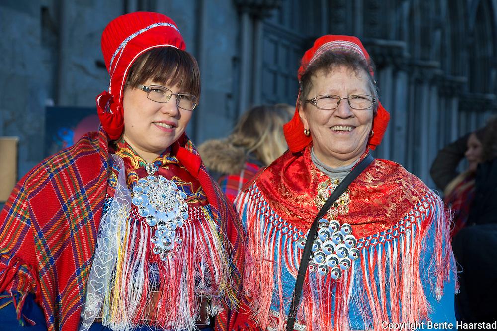 Laila Kristina Krekmo t.v., i kofte fra Karasjok,  og Kristine Klingenberg f. Eria, fra Masi, i lettkofte fra Kautokeino.