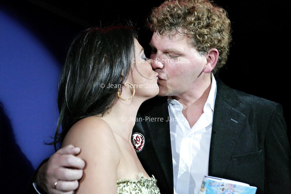 """Nederland,Amsterdam ,16 februari 2006.<br /> Schrijfster columnist Heleen en haar man Ton van Royen kussen elkaar tijdens de boekpresentatie van haar laatste roman """"de Ontsnapping"""" in Rain op Rembrandtplein.<br /> Kus.Liefde.Verliefdheid.Publiciteit.Schijnwerpers.<br /> Foto: Jean-Pierre Jans"""