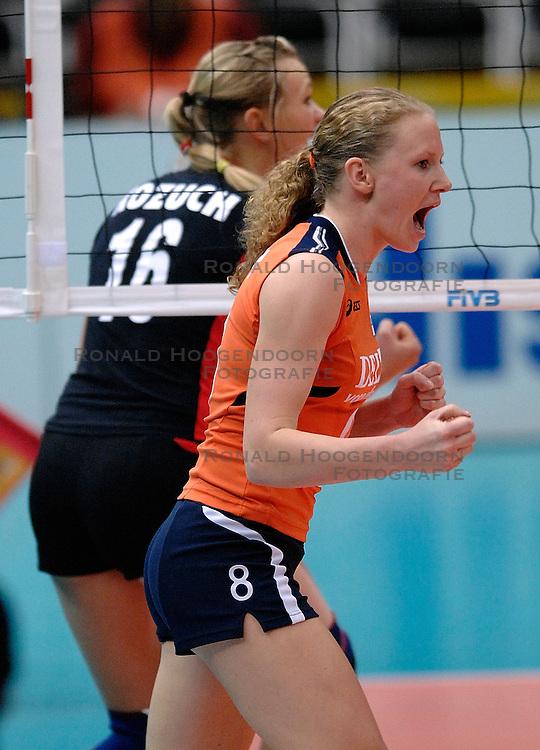 08-11-2006 VOLLEYBAL: WK DAMES: NEDERLAND - DUITSLAND: OSAKA JAPAN<br /> De Oranjedames hebben op het WK in de tweede ronde een knappe zege behaald op Duitsland. In het Japanse Osaka werd het 3-2 (23-25, 25-21, 25-23, 23-25, 16-14) voor Nederland / Alice Blom<br /> &copy;2006-WWW.FOTOHOOGENDOORN.NL