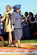 Koninginnedag 2012 in de Utrechtse gemeente Rhenen.// Queensday 2012 in the city of Rhenen.<br /> <br /> Op de foto:  Prinses Maxima en Koningin Beatrix