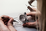 Lyon, Atelier Hermès, Bussière -dipartimento della Loire- nell'Atelier della tessitura, cachmere  quality control