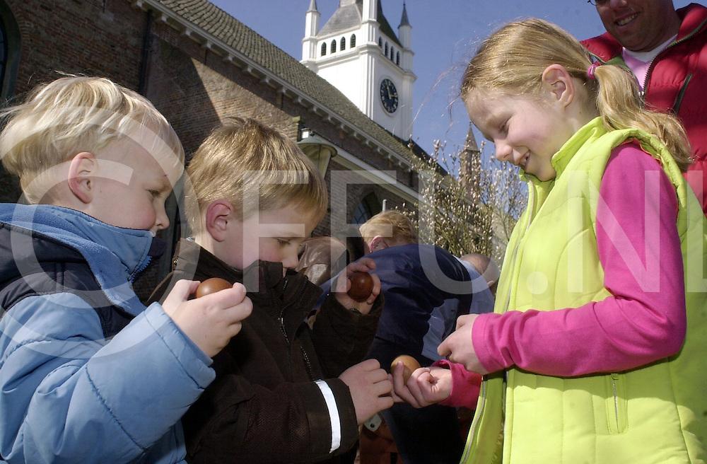 060417, ommen, ned,<br /> Eiertikken op 2de paasdag op het Kerkplein in Ommen,<br /> fotografie frank uijlenbroek&copy;2006 michiel van de velde