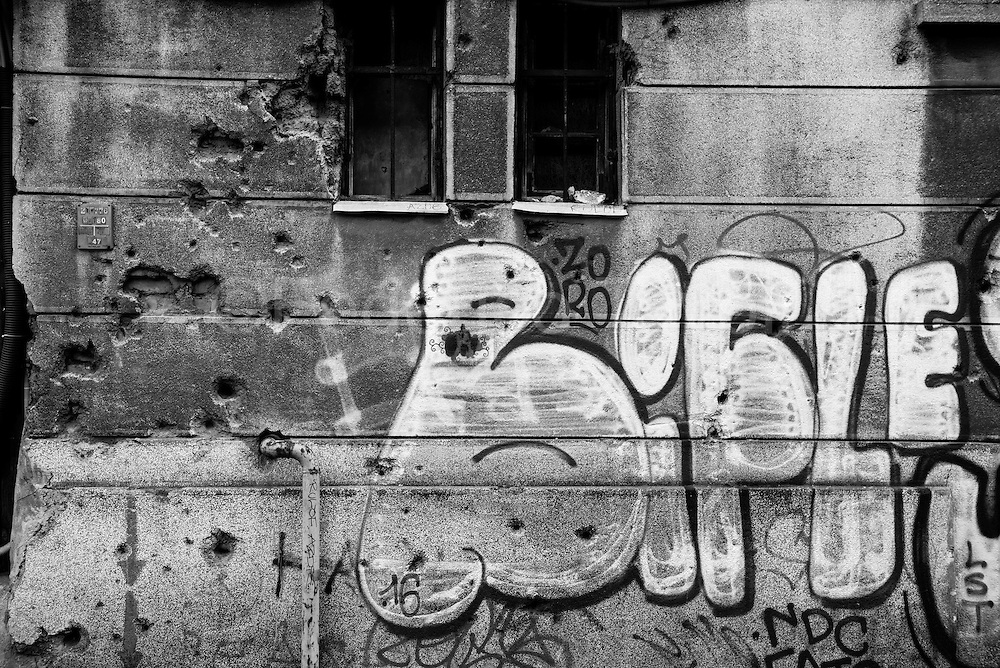 Graffiti and tags, planetary symbols of rebellious urban culture, are also present on the old walls of Sarajevo, but they can not hide the numerous traces of bullets dating longest siege in modern history, which began in 1992 and ended approx. three years and a half later.