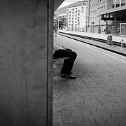 M wartet auf den Zug nach Garmisch-Partenkirchen(D) von dort will er den Anschluss-Zug nach Reutte(&Ouml;) nehmen.<br /> &copy; Harald Krieg/Agentur Focus