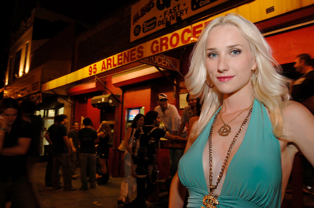 USA New York Manhattan  Playboy Model DJ Musikerin Saengerin Tuesdae vor Arlenes Grocery Bar auf der Lower East Side Nachtleben Amerika Geography / Travel Nordamerika USA New York New York Stadt .Playboy model,DJ and singer Tuesdae at Arlenes Grocery Bar on Manhattan's Lower East Side. Penelope Tuesdae is the lead singer of Chelsea Girls, the first ever female all-star supercovergroup.