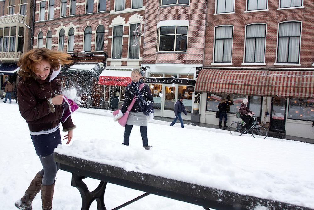 Meisjes houden op de Vismarkt in Utrecht een sneeuwballengevecht. Opnieuw is er veel sneeuw gevallen in Nederland, wat tot overlast én plezier zorgt.