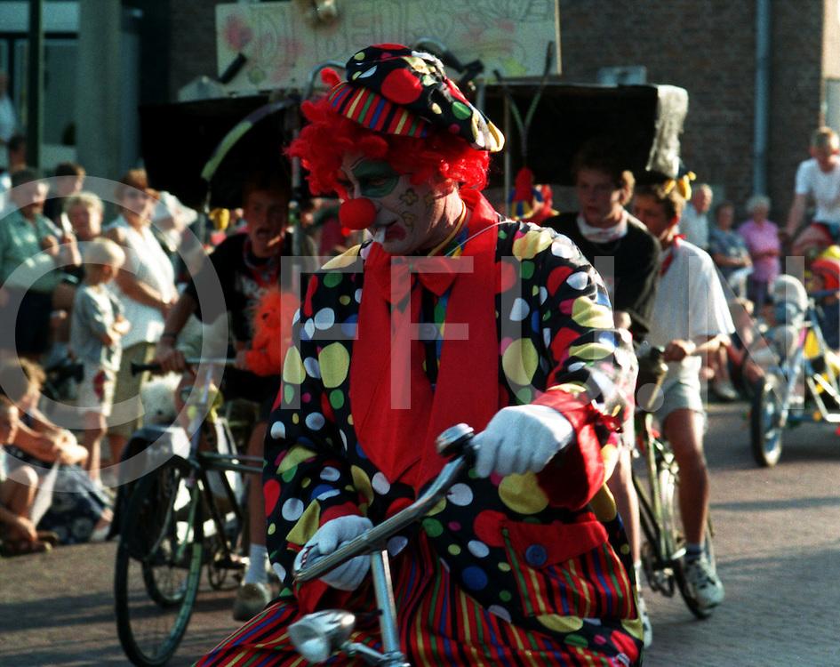 dalfsen : kknotsgekke fietsen met o.a. clowns..foto frank uijlenbroek@1995