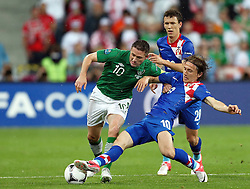10-06-2012 VOETBAL: UEFA EURO 2012 DAY 3: POLEN OEKRAINE<br /> Match between Croatia and Ireland, group C. Poznan, Poland - Euro 2012 Championship / Robbie Keane vs  Luka Modric  <br /> ***NETHERLANDS ONLY***<br /> ©2012-FotoHoogendoorn.nl