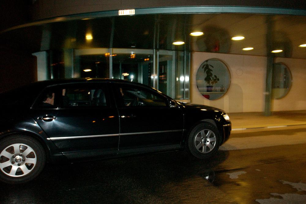2004, BERLIN/GERMANY:<br /> Gerhard Schroeder, SPD, Bundeskanzler, in seinem Dienstwagen, auf dem Weg zu einem Koalitionsgespraech, Bundeskanzleramt<br /> IMAGE: 20040506-03-004<br /> KEYWORDS: Gerhard Schr&ouml;der<br /> NO CREDIT - OHNE URHEBERVERMERK DRUCKEN