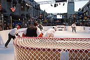 Hockey tournament 3 x 3 on Super Glide skating synthetic surface à Cresent St., Montréal, Québec, Canada, 2008 10 11. © Photo Marc Gibert / adecom.ca